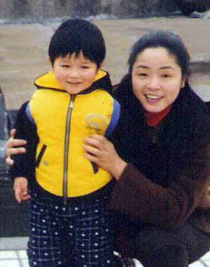 Г-жа Гао и её 5 летний сын. Фото: Minghui.org