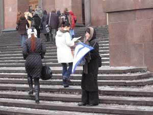 Проведение акции у главного корпуса МГУ. Фото: Великая Эпоха