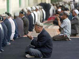 Мусульмане уйгуры во время полуденной молитвы в мечети Идках, Кашгар, на севере провинции Синьцзян. Фото: Getty Images