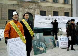 Мероприятие в Мюнхене по поддержке голодовки. Даниэль Соломон из Мюнхена и Чжан Юань провели свою голодовку при минусовой температуре. Фото: Die Neue Epoche