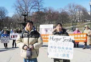 Дж. Дж. Пэн участвует в митинге поддержки всемирной Эстафеты голодовки у Палаты Общин Бостона. Фото: Epoch Times