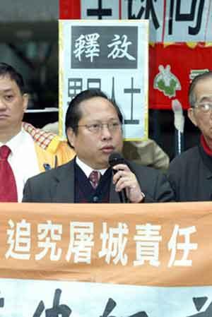 Член Законодательного Совета Гонконга г-н Альберт Хо объясняет, почему он участвует в голодовке. Фото: Epoch Times