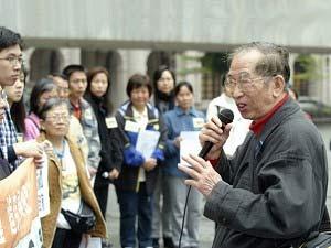 Г-н Сзето Ва - представитель Союза поддержки патриотических демократических движений в Китае, обращается к собравшимся на площади Чатер. Фото: Epoch Times
