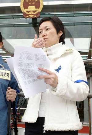 Представительница гонконгского отделения Epoch Times г-жа Черил Нг рассказывает аудитории об акции голодовки. Фото: Epoch Times