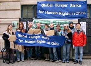 Участники Эстафеты голодовки собрались в конце  двухнедельного протеста против нарушений прав человека в Китае. Фото: The Epoch Times