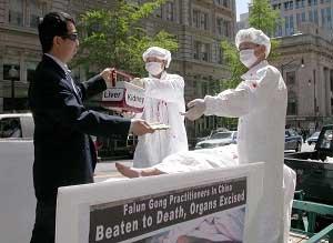 Ужасная смерть: последователи Фалуньгун инсценируют извлечение органов у друзей-практикующих. Фото: Великая Эпоха