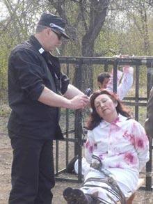 Инсценировка одного из видов пыток по отношению к последователям Фалуньгун. Фото: Великая Эпоха