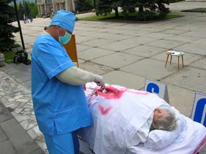 Инсценировка извлечения органов у живых людей. Фото: Великая Эпоха