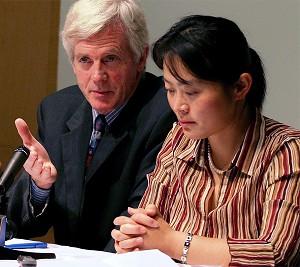 Дэвид Килгур, в прошлом член Парламента Канады, и Лоу Хунвэй, выпускница Кембриджского университета, рассказывают о практике извлечения органов в Китае во время своего визита в город Сан-Франциско. Фото: Ма Ючжи/Великая Эпоха