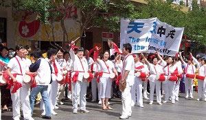 Запоминающееся выступление группы барабанщиков во время шествия по китайскому кварталу Сиднея. Фото: The Epoch Times