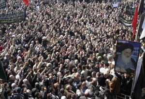 Багдад, Ирак: Десятки тысяч шиитов протестуют против взрыва шиитской мечети Аль-Аскари в Самарре. 23 февраля 2006 г. Фото: Akram Saleh /Getty Images